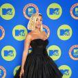 Anitta aposta em vestido preto com espartilho e saia volumosa da Dolce & Gabbana para o EMA MTV 2020