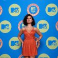 Raye faz show com David Guetta com vestido laranja glow no EMA MTV 2020