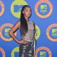 Grupo Tate McCrae deixa sutiã à mostra em look no EMA MTV 2020