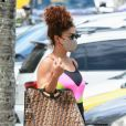 Juliana Paes usa macacão com estampa neon e exibe bolsa Fendi de R$ 19 mil em ida à academia