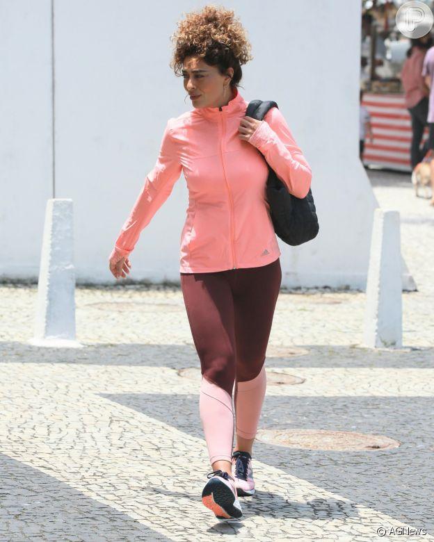 Juliana Paes escolhe casaco combina legging com casaco em rosa neon para ida à academia