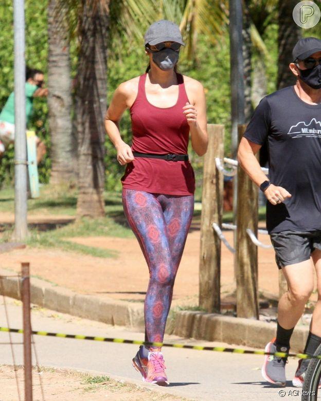 Patricia Poeta combina legging estampada com cor de t-shirt ao praticar corrida