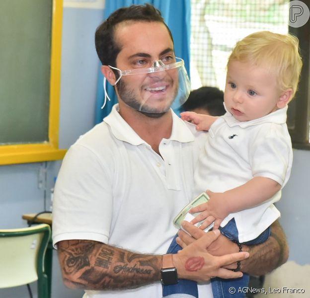 Thammy Miranda aparece com esposa e filho para votação em SP (Foto: Reprodução / Purepeople)