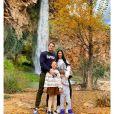 Simaria posa com o marido, Vicente, e filhos em foto