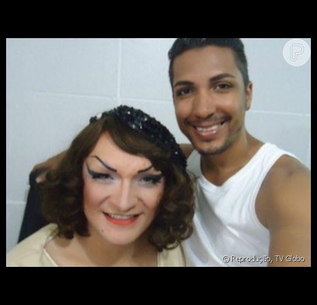 Deena Love posa com Jandir, o seu companheiro há dois anos e também responsável pela maquiagem e figurino da drag queen
