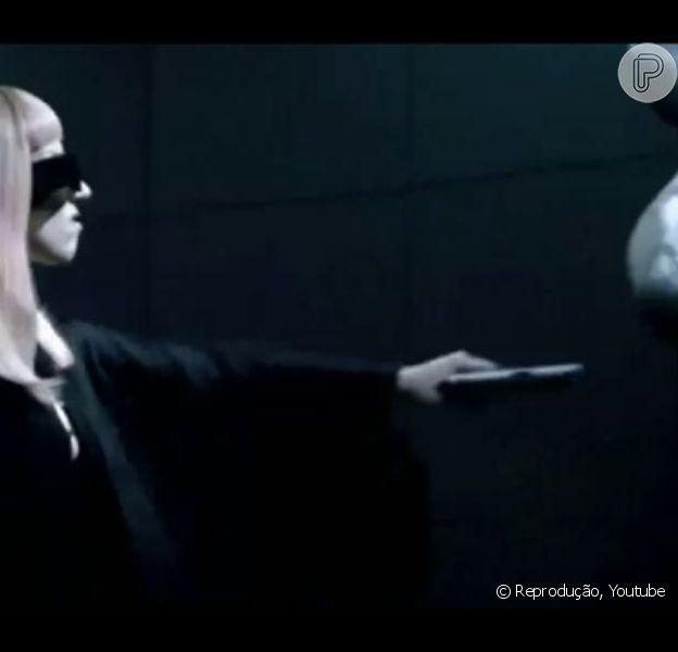 Lady Gaga protagoniza cenas de violência no vídeo de promoção do seu perfume 'Fame'. O vídeo foi divulgado na internet em março de 2013