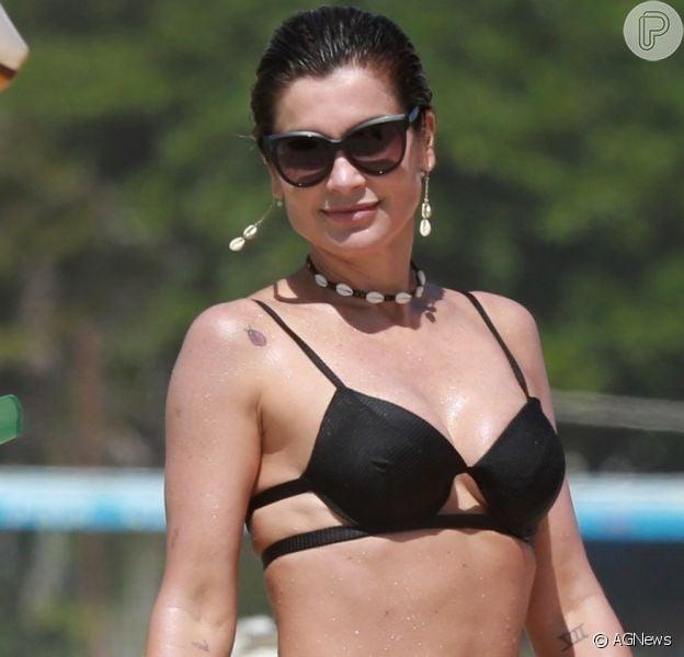 Corpo de Flávia Alessandra rouba a cena em foto da atriz de biquíni
