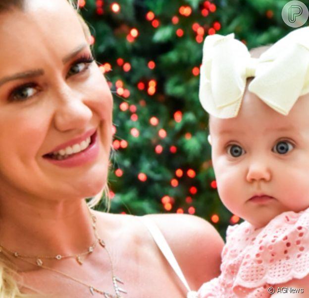 Filha de Ana Paula Siebert encantou a mãe ao surgir vestida de Mamãe Noel: 'Explosão fofa do dia'