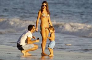 Alessandra Ambrosio brinca com os filhos em praia dos EUA e tira selfie