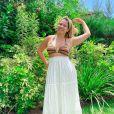 Saia longa branca e biquíni listrado: Marília Mendonça escolheu look confortável e estilo em viagem