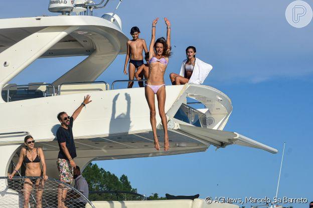 Alessandra Ambrosio diverte filhos ao saltar de lancha no mar de Florianópolis, Santa Catarina