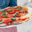Influencers veganos e vegetarianos preparam pratos coloridos e criativos sem carne