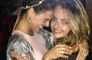 Isis Valverde curte festa de aniversário de prima que estava com ela no acidente