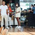 Juliana Paes encontrou amigos durante visita ao shopping na Barra da Tijuca