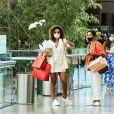 Juliana Paes saiu do shopping com sacolas de compras