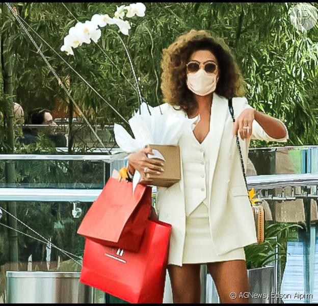 Cachos e bronzeado em dia! Juliana Paes usa look all white para ir às compras. Fotos
