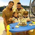 Andressa Suita e Gusttavo Lima  com os dois filhos em festa da família