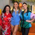 Sabrina Sato posa com a mãe, Dona Kika, e Andressa Suita em bastidores do programa 'Sala da Sato'