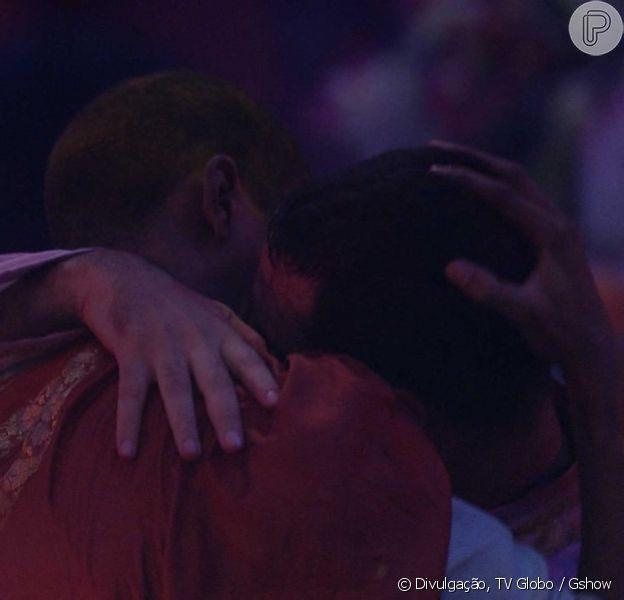 'BBB21': veja vídeo de beijo de Lucas Penteado e Gilberto antes de desistência do programa
