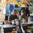 Marina Ruy Barbosa almoçou com os pais em shopping na Barra da Tijuca