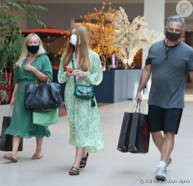 Vestido verde e sandália rasteirinha: Marina Ruy Barbosa e a mãe usam looks parecidos em shopping