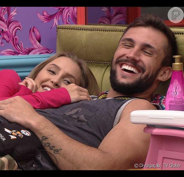 Romance aprovado? No 'BBB 21', Arthur ganha 'benção' da mãe após beijo em Carla Diaz