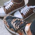 Bruno Gagliasso combina tênis de animal print com a filha Títi
