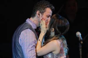 Sandy beija o marido, Lucas Lima, durante gravação de DVD em SP: 'Melhor pessoa'