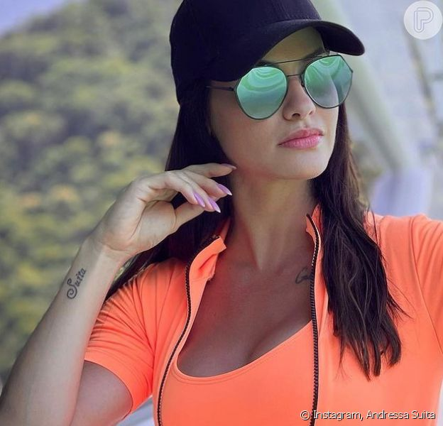 Look praia moderno: Andressa Suita combina body laranja neon com boné. Aos detalhes!