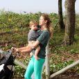 Apaixonada pelo Rio, Letícia Birkheuer passeia por Ipanema com João Guilherme, de 1 ano e 4 meses