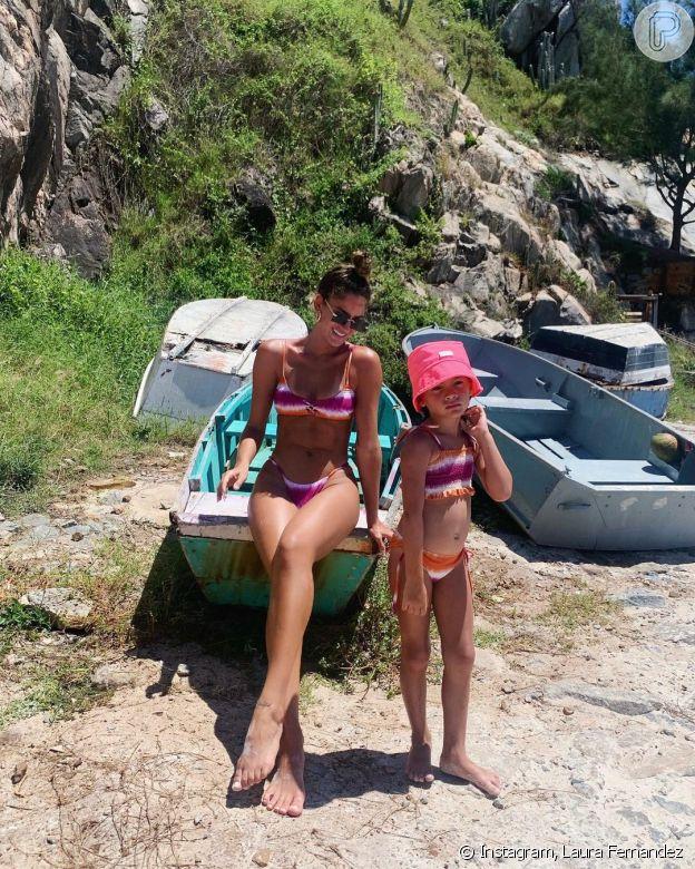 Filha de Laura Fernandez, Sol de Maria combina look de praia com a modelo