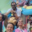 Anitta posa amigos e namorados em parque na Califórnia