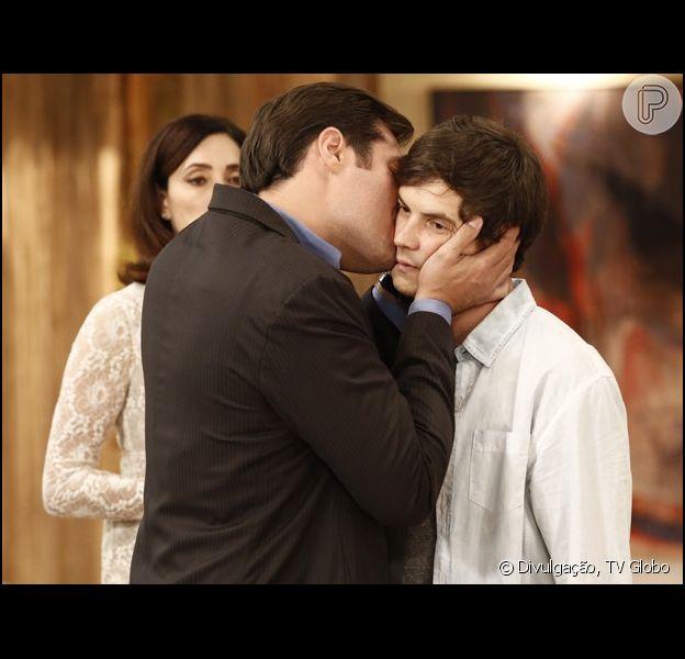 Caíque (Sergio Guizé) aparece de surpresa na festa de noivado de Marcos (Thiago Lacerda) e Laura (Nathalia Dill), e o vilão dá beijo carinhoso no irmão, em 'Alto Astral', em 22 de novembro de 2014