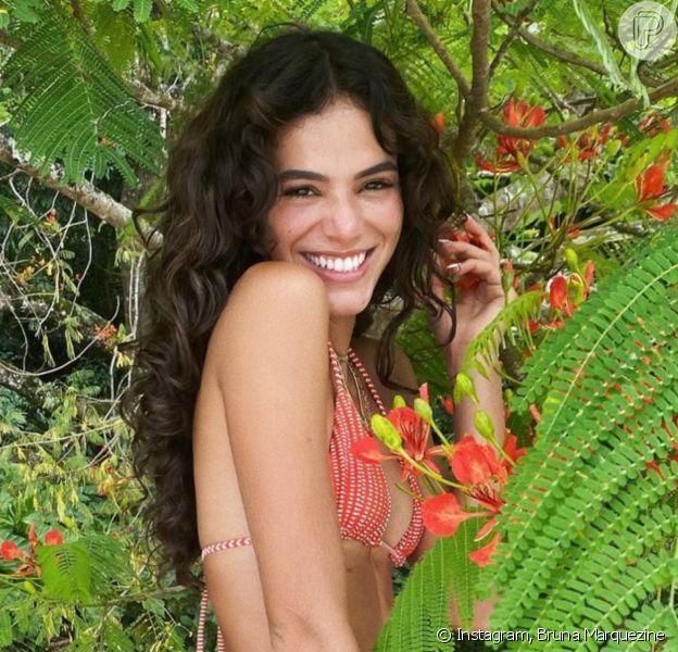 Bruna Marquezine deixa bumbum à mostra em foto em barco, em 24 de julho de 2021