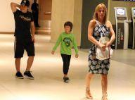 Carolina Dieckmann faz compras e se diverte com os dois filhos em shopping