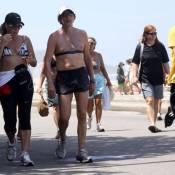 Totia Meirelles , a Wanda de 'Salve Jorge', caminha de biquíni e barriga de fora