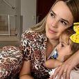 Filha de Thaeme Mariôto a flagra no banheiro fazendo vídeo da barriga de grávida e faz pergunta inusitada: 'Cadê o cocô?'