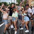 Anitta posou acompanhada de amigos e do TikToker Griffin Johnson