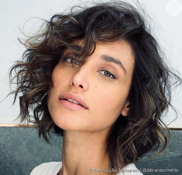 Débora Nascimento aderiu ao corte de cabelo curto, Curly Blunt Bob