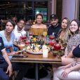 Maria Lina Deggan posou ao lado da ex-cunhada e de amigos em restaurante em SP