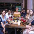 Maria Lina Deggan se divertiu com ex-cunhada e amigos em restaurante japonês