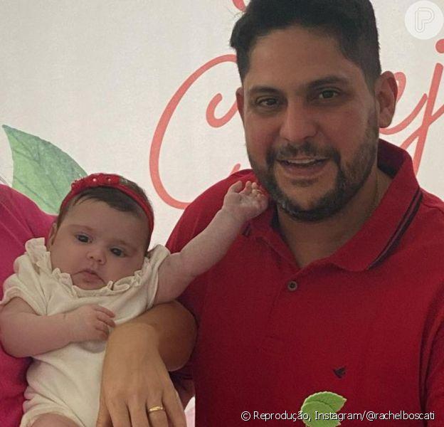 Filha caçula do sertanejo Jorge faz 3 meses e semelhança com cantor rouba cena: 'Igual'