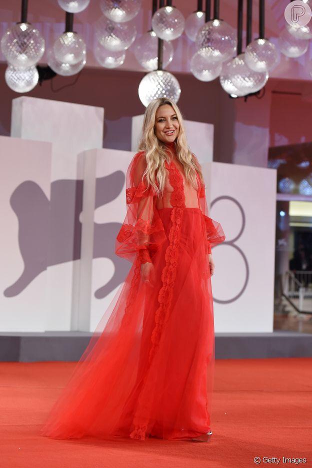 Kate Hudson usou longo Maison Valentino no red carpet do Festival de Veneza