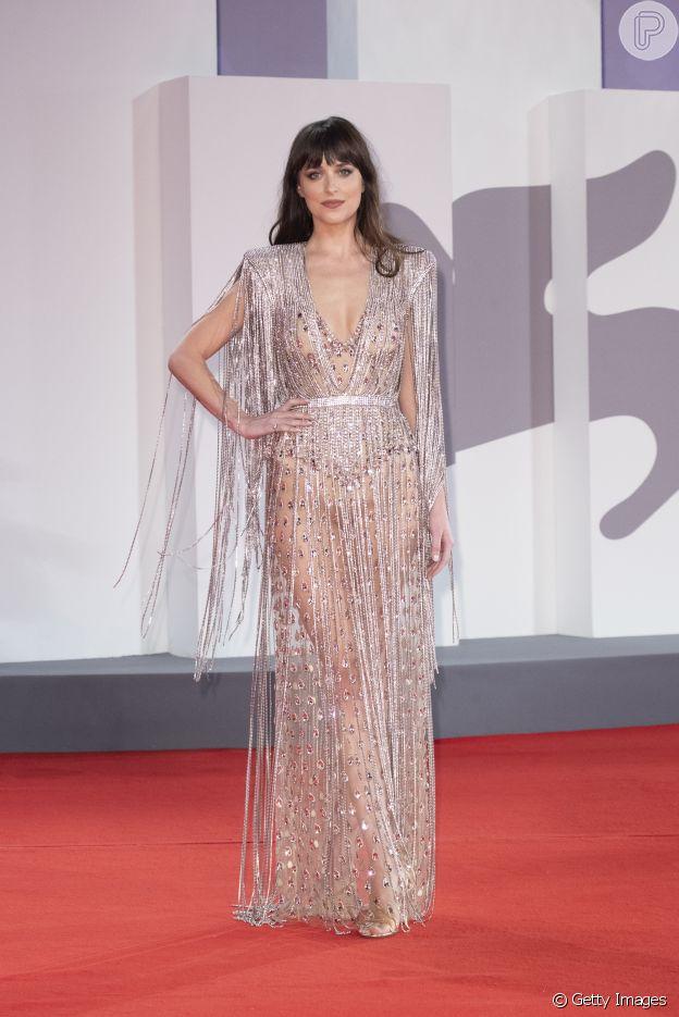 Dakota Johnson usou look Gucci transparente e com franja