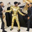 Look 3 em 1: Lil Nas X surpreende no MET Gala 2021 e web cita Lady Gaga. Aos detalhes!