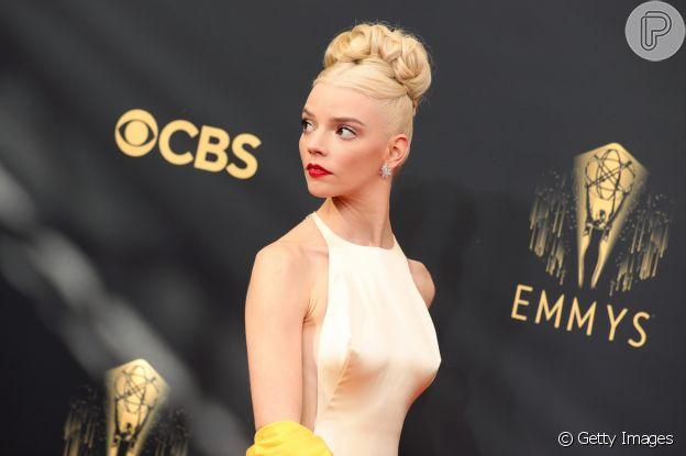 Annya Taylor-Joy escolheu coque exuberante para visual do Emmy 2021