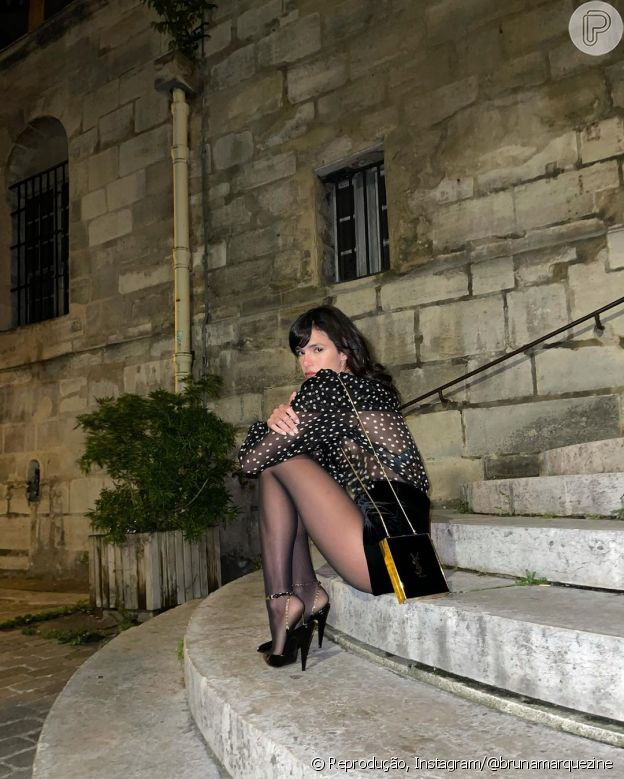Bruna Marquezine usa blusa com transparência em Paris