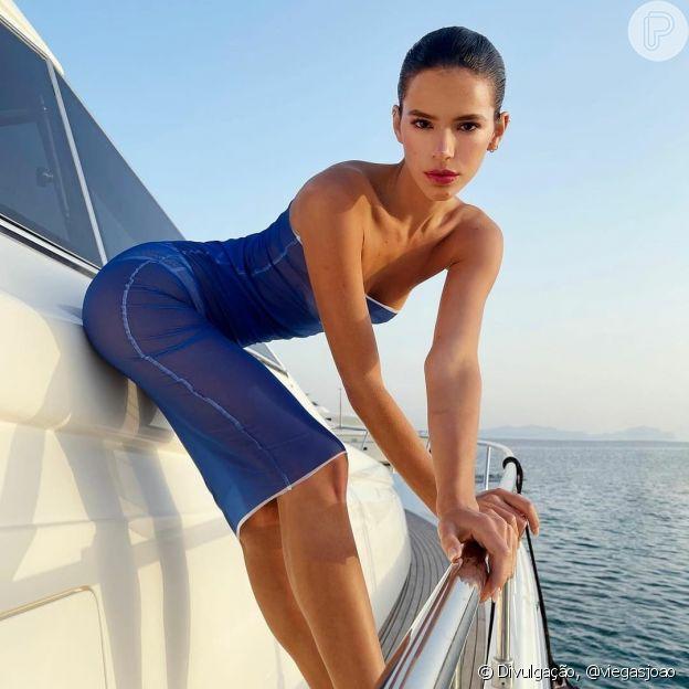 Bruna Marquezine usa vestido sem alças azul com tecido transparente