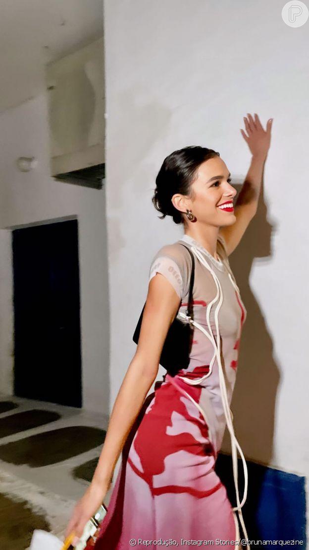Bruna Marquezine com vestido com transparência e degradê