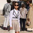 Camila Coelho apostou na sobreposição de brallete em camisa social e minissaia plissada